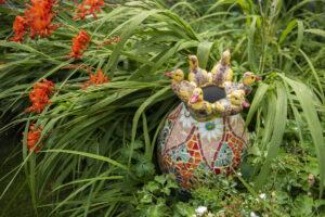 Vaas 'Alle eendjes' in het gras - Marianne den Hartog - foto Claudia Otten