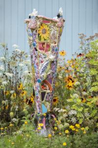 Vrolijke tuinvaas in de bloemen Marianne den Hartog - foto Claudia Otten